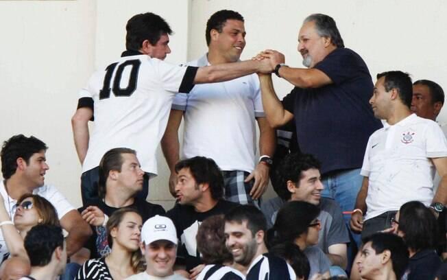 Diante de Ronaldo, os presidentes de Santos e  Corinthians se cumprimentam antas do início da  decisão