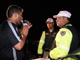 Lei Seca para motoristas embriagados não reduziu internações por acidentes de trânsito. Na foto, motorista sopre o bafômetro em blitz realizada em Minas Gerais