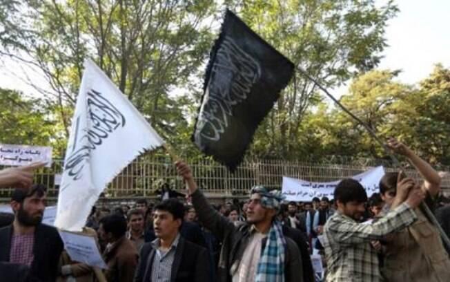 Bandeiras brancas do Taleban vêm sendo substituídas por bandeiras negras do Estado Islâmico no Afeganistão