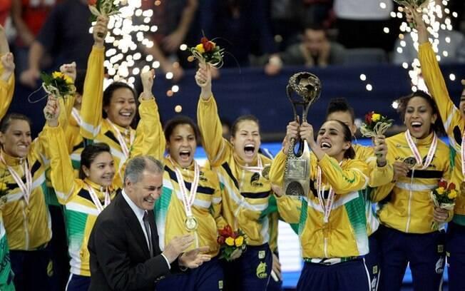 30a7e17cb9 Jogadoras da seleção brasileira fazem festa no momento em que a capitã Dara  recebe a taça