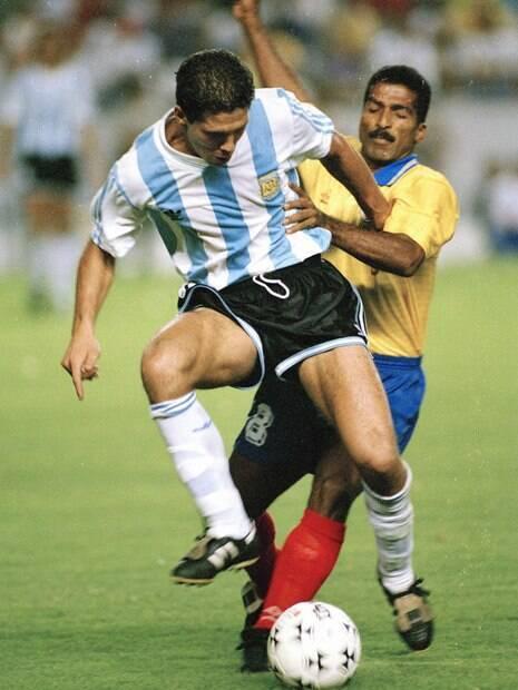 Copa América de 1993: Argentina x Colômbia, Diego Simeone, da Argentina, enfrenta um forte desafio