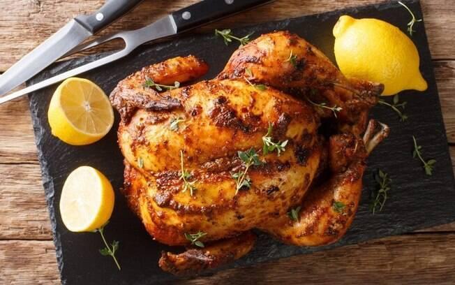 5 receitas suculentas de frango assado com acompanhamentos