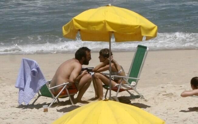 Marcelo Camelo e Mallu Magalhães conversam na praia