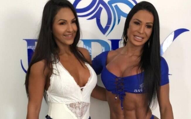 Gracyanne Barbosa e Alane Pereira posam para foto antes de colocar biquíni de fita isolante