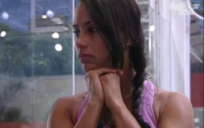 Kelly está chateada pela briga com Fabiana