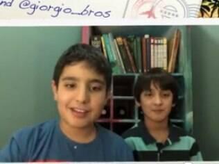 Enzo e Giorgio no vídeo de apresentação dos irmãos como blogueiros convidados do Never Seconds, de Martha Payne