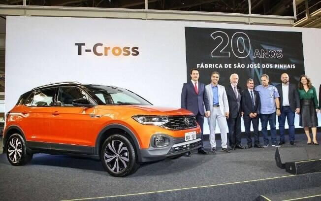 Executivos e autoridades políticas do Paraná ao lado do VW T-Cross, que começa a ser produzido no Brasil