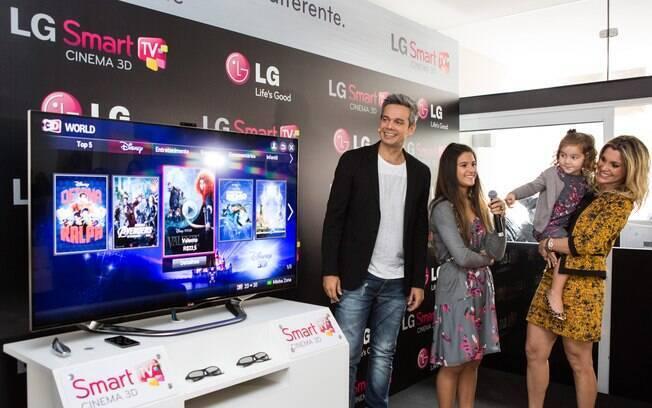Flávia Alessandra veio com a família toda participar nesta quarta-feira  (22) do lançamento da nova geração de Smart TVs da LG, em São Paulo. 3d10850d9c
