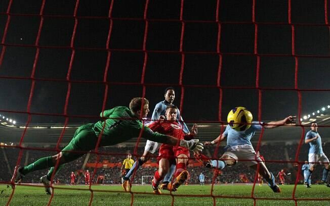 Joe Hart se estica para tentar evitar gol do  Southampton