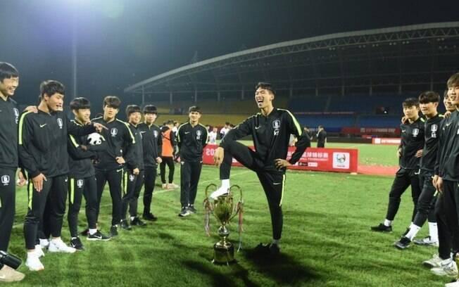 Jogador da Coreia do Sul celebrou título da Copa Panda pisando no troféu