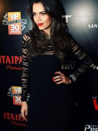 Daniela Albuquerque arrasa em vestido rendado