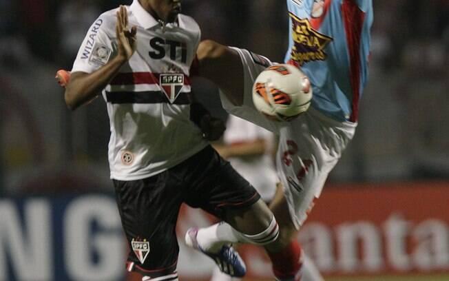 Cortez e Ariel trombam no meio de campo no  jogo entre São Paulo e Arsenal
