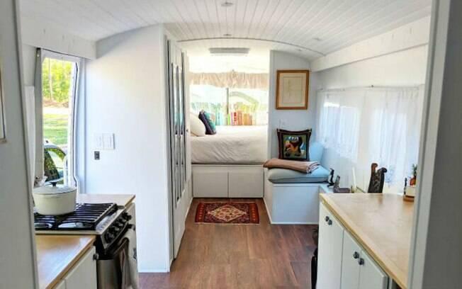O ônibus reformado conta com banheiro, closet, cozinha e tem capacidade para até quatro pessoas