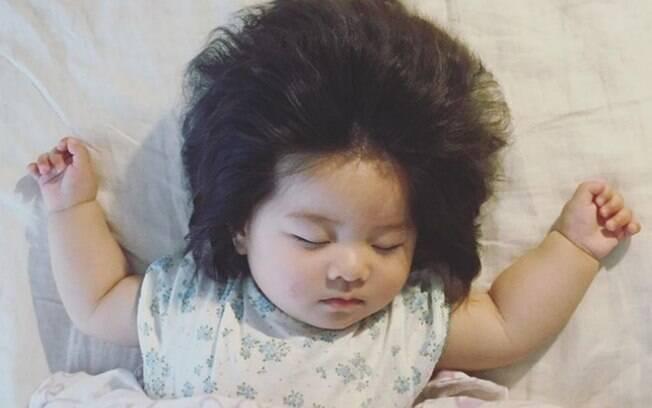 Ter um bebê cabeludo não é incomum, entretanto, normalmente os nenês perdem o cabelo, que cresce depois diferente e com outra cor