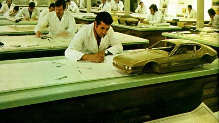Equipe de engenheiros da VW do Brasil trabalhando no projeto dos clássicos SP1  e SP2, já com as maquetes