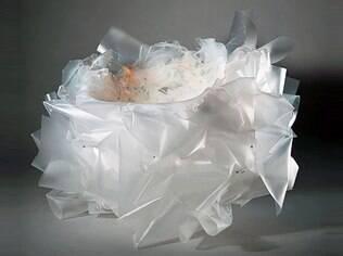 Folhas de polipropileno amassadas foram derretidas para compor a cadeira de Price