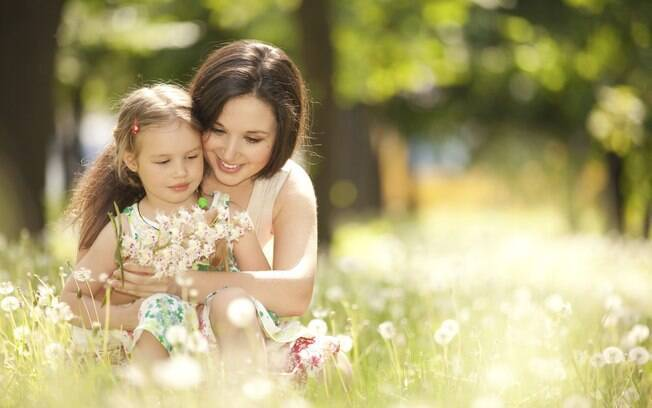 Filhas observam as mães: exemplo é decisivo para aprender a lidar com os próprios sentimentos
