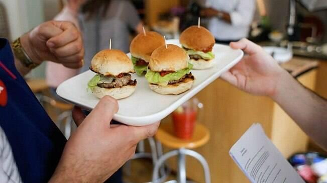 Chefs fazem hambúrguer de 'carne humana' na Inglaterra