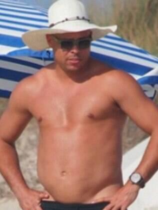 Ronaldo foi fotografado em Ibiza, na Espanha, aproveitando tarde de praia com a família. O ex-atleta não se importou com os paparazzi