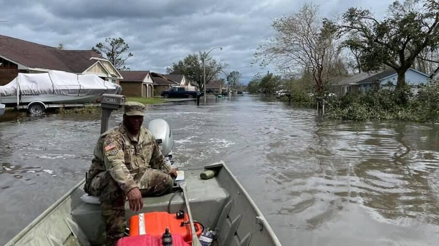 Guardas nacionais resgatam pessoas em LaPlace, na Louisiana