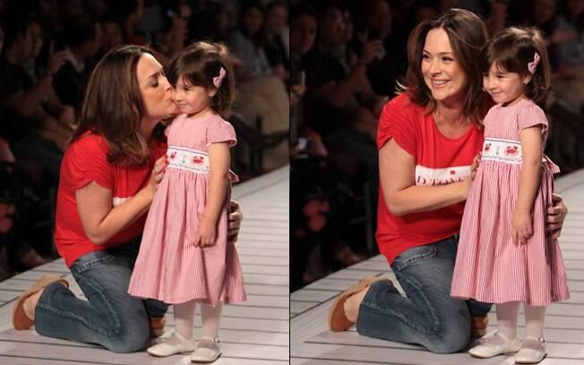 Gabriela Duarte na passarela de evento de moda infantil