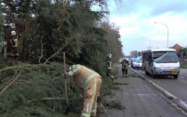 A tempestade matou seis pessoas na Alemanha, incluindo dois bombeiros, e outras três pessoas em cidades holandesas