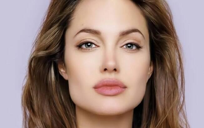 Angelina Jolie dá a entender, durante entrevista a rádio americana, que pode se envolver com política em breve
