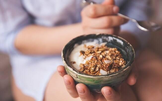 Quem está de dieta e quer aproveitar os benefícios da granola deve optar por aquelas que não contenham açúcar