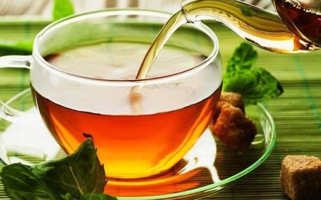 Xícara de chá de guaco sendo preenchida