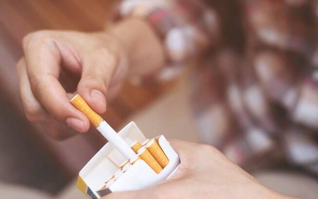 Pessoa segurando um maço de cigarros