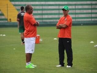 Técnico Jorginho (dir.) não resistiu à série negativa com a Chapecoense