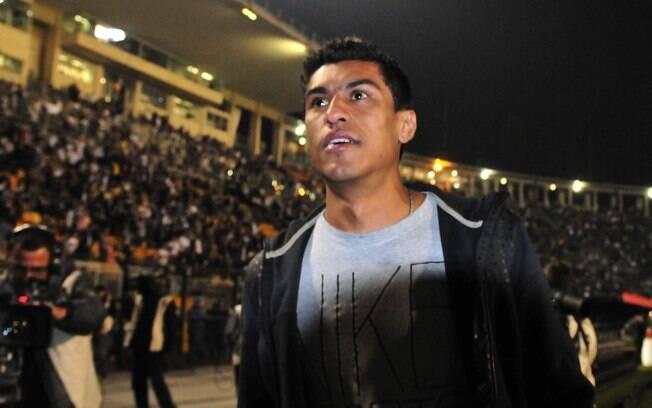 Vendido ao Tottenham, o ex-corintiano  Paulinho aparece no Pacaembu para assistir à  decisão