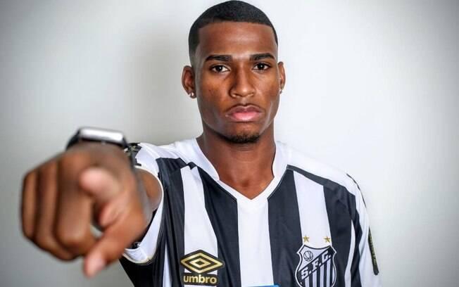Jean Lucas estava emprestado ao Santos e agora vai jogar no Lyon
