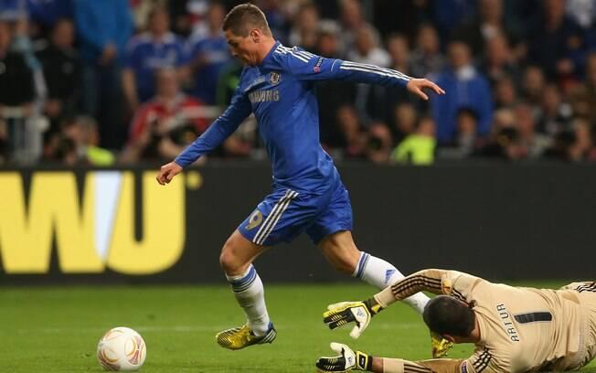 Fernando Torres dribla o goleiro brasileiro  Artur e marca para o Chelsea