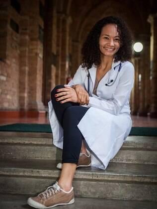Vanessa Santana nas escadas da Santa Casa de São Paulo, onde é bolsista e estuda medicina