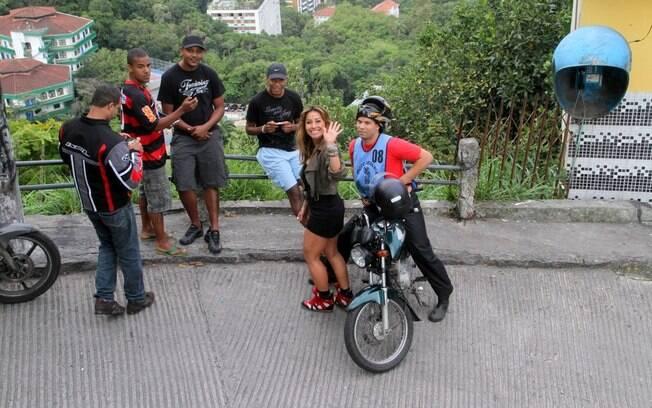 Sabrina Sato tira fotos com moradores da comunidade