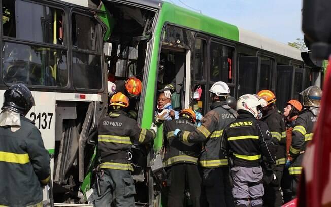 Motorista de um dos coletivos ficou preso entre as ferragens (05.03.15)