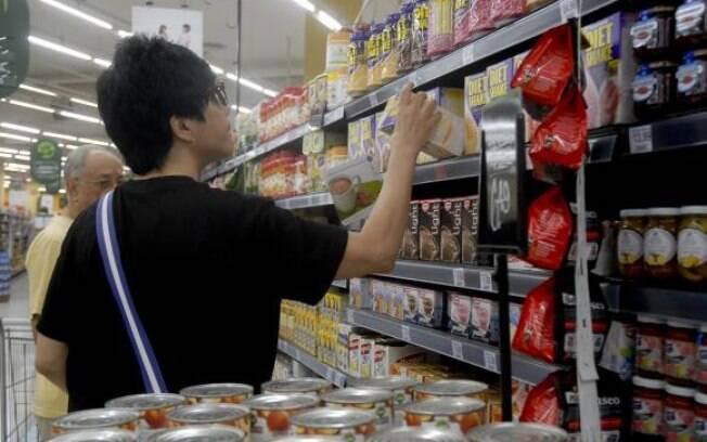 Entre os produtos que ficaram mais baratos estão o leite longa vida, a batata-inglesa, hortaliças e feijão-carioca