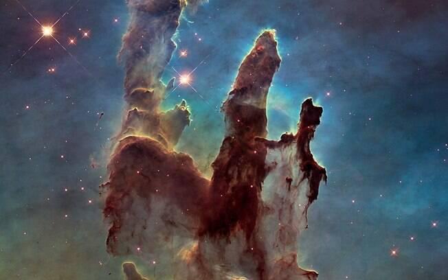 Os pilares da criação na Nebulosa da Águia, um dos mais famosos — e mais lindos — berçários estelares, onde ocorre o nascimento de estrelas.