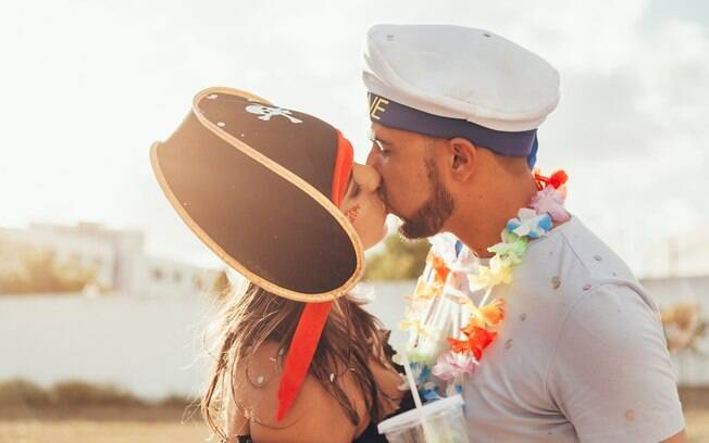 casal fantasiado se beijando