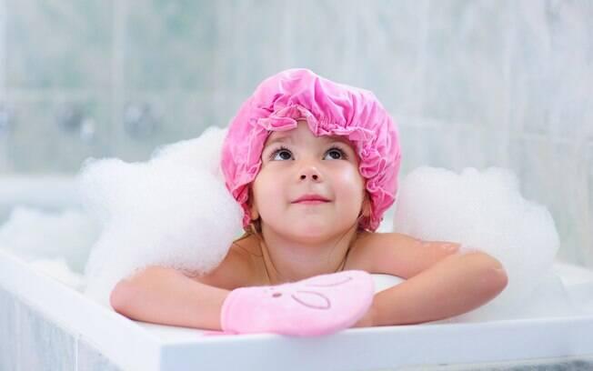 criança tomando banho