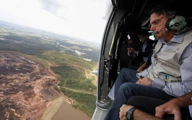 Presidente Jair Bolsonaro sobrevoa a região de Brumadinho; governo determinou pente-fino na fiscalização de barragens
