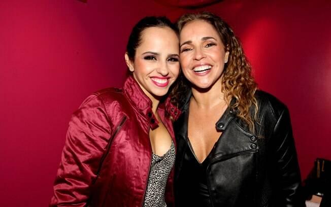 Daniela Mercury posou com a filha, Giovanna, nos bastidores da apresentação