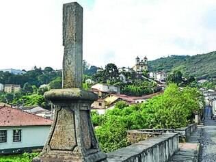 Depredação. No Carnaval de 2012, cruz datada do século XIX foi danificada por foliões embriagados