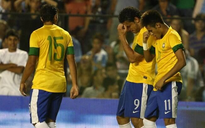Neymar e Fred dançam após o atacante marcar  gol do Brasil