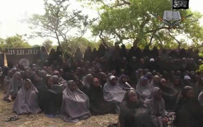 Algumas das centenas de garotas que foram sequestradas pelos terroristas nigerianos em 2014