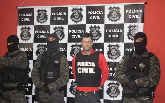 Rocha é cercado por policiais no momento de sua detenção, em 2014: assassino confesso