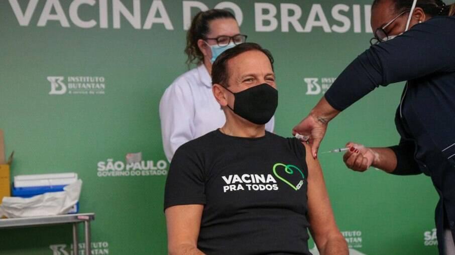 Doria foi vacinado pela primeira pessoa imunizada contra a Covid-19 no Brasil, a enfermeira Mônica Calazans