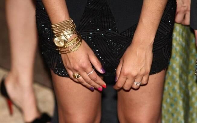 Com as unhas coloridas, Camila deixou a aliança de noivado ainda mais em evidência