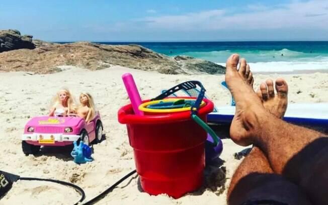 Cauã Reymond curte dia de praia com a filha Sofia